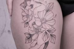 Татуировка : Цветы на бедре