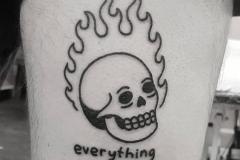 Татуировка : Череп, Огонь, Надпись на голени (икре)