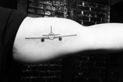 Тату : Самолет на плече
