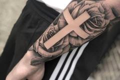 Татуировка : Крест, Роза, Цветы на предплечье