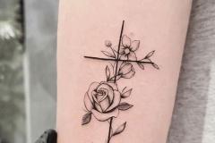 Тату : Крест, Роза, Цветы на предплечье